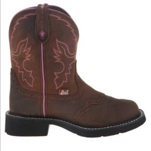 Justin Gypsy BootsThese Gypsy Justin boots are in